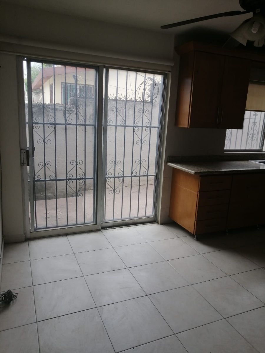 14 de 36: Cocina acceso a patio lateral