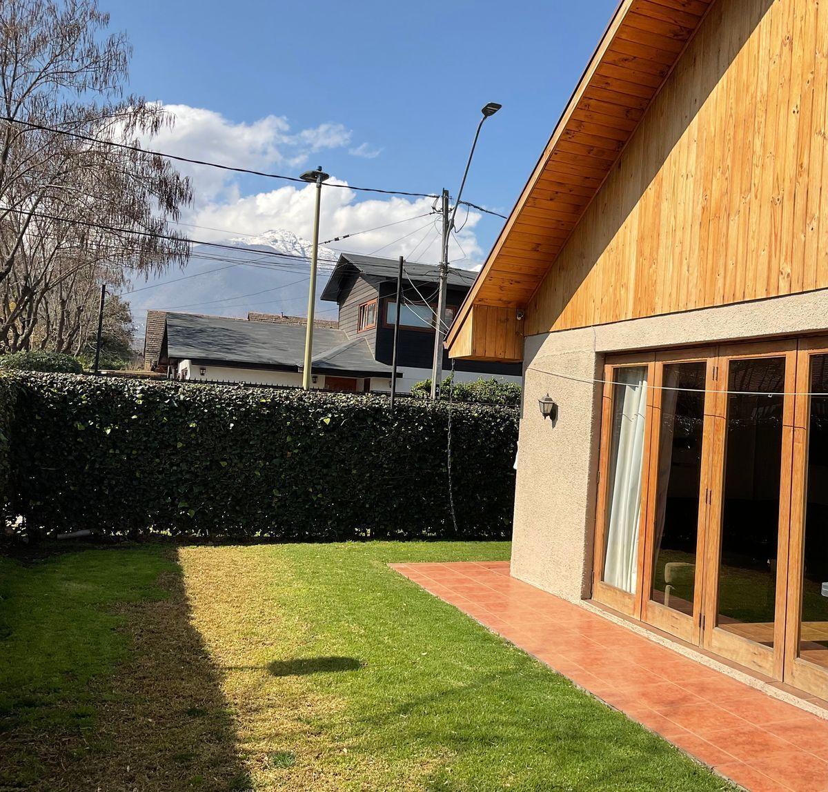 1 de 14: Fachada casa desde jardín