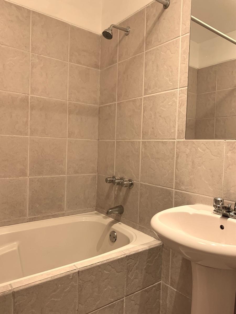 9 de 16: Baño principal con tina