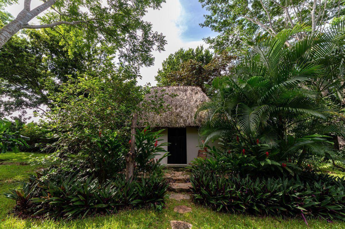 15 de 47: Casa maya con jardines