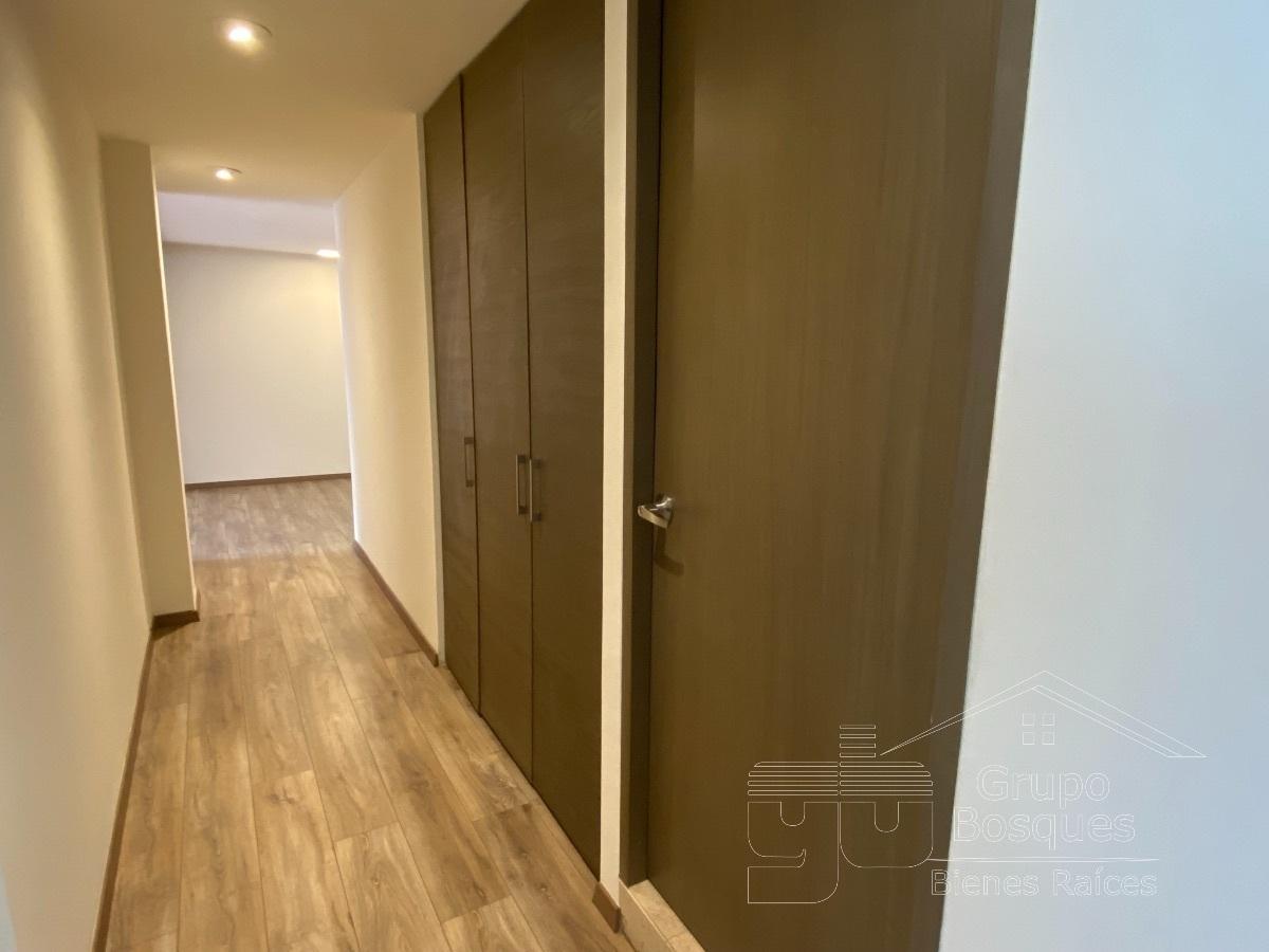 24 de 24: pasillo con closets