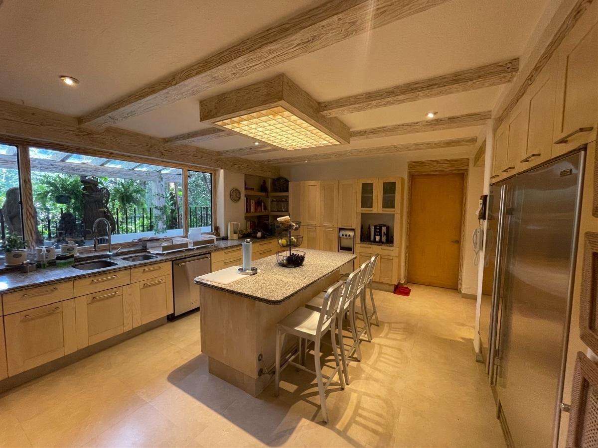 8 de 24: Espaciosa cocina con vista  de áreas verdes