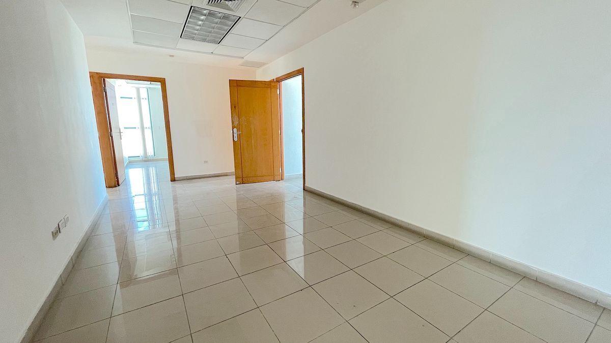 2 de 13: Amplia área de circulación entre las oficinas