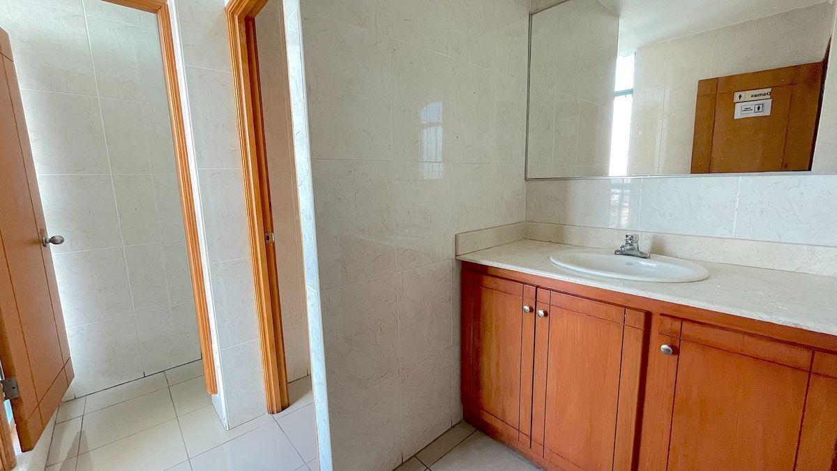 5 de 13: Baños propios dentro de la oficina y comunes en el piso