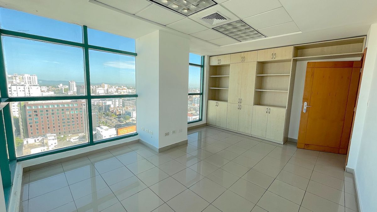 9 de 13: Oficinas con ventanales hasta abajo con vistas despejadas