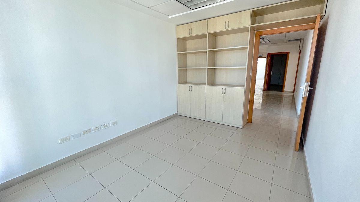 10 de 13: Oficinas con muebles empotrados