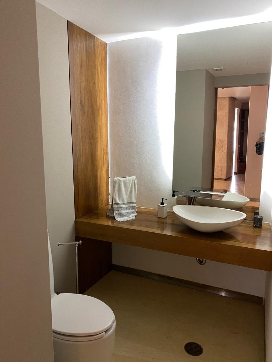 2 de 42: Medio baño de visitas Recibidor