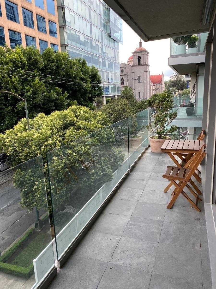 12 de 42: Amplio balcón hacia calle tranquila