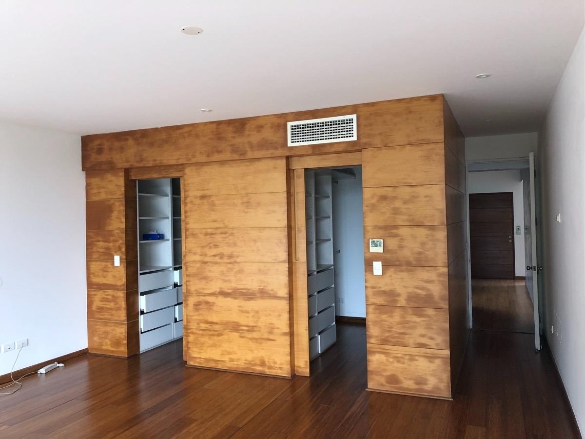 15 de 22: Dormitorio principal con vista al walk-in closet y baño