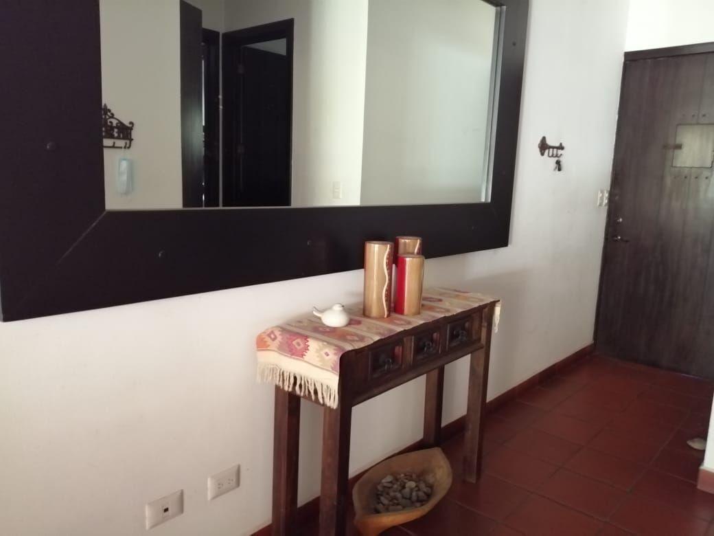13 de 14: Amplios espejos y detalles en madera