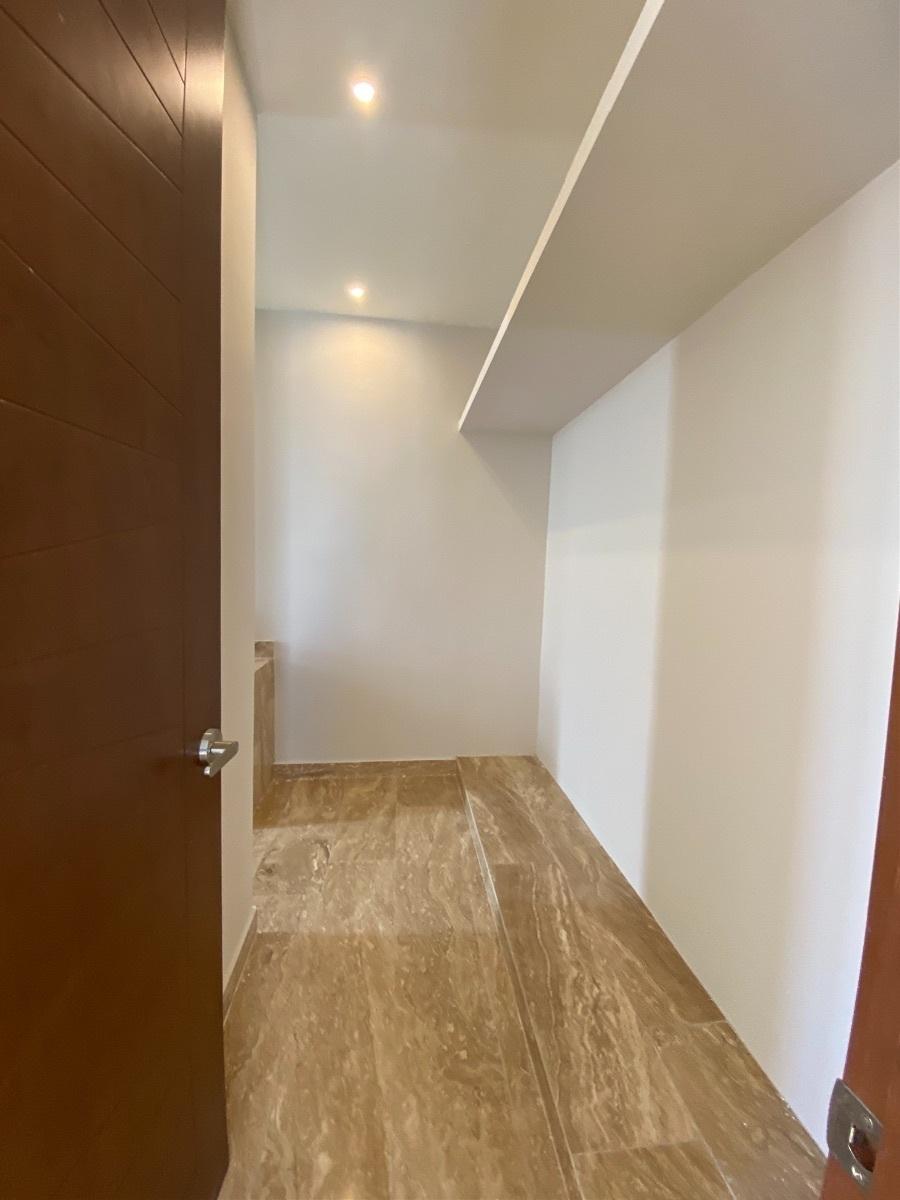 10 de 13: Baño y closet habitacion principal