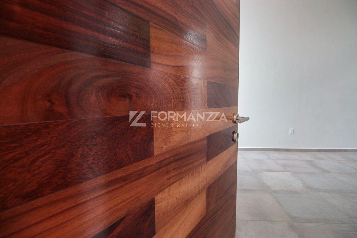 2 de 22: Puerta principal en madera de Parota.