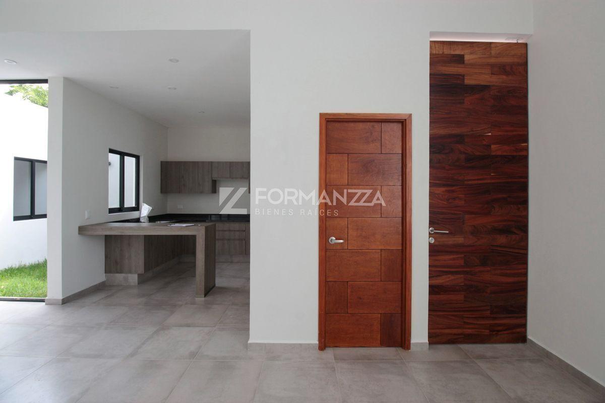 4 de 22: Vista de cocina, medio baño y entrada principal.