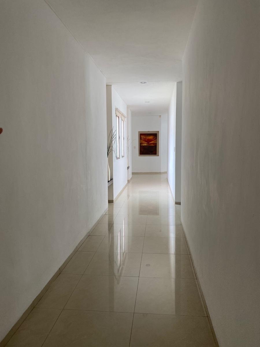 15 de 27: Pasillo al area de cuartos