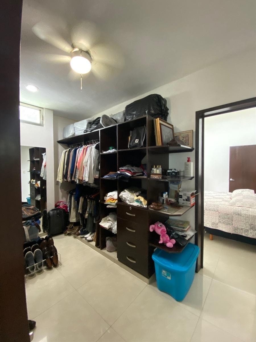17 de 27: Closet compartido de cuartoa