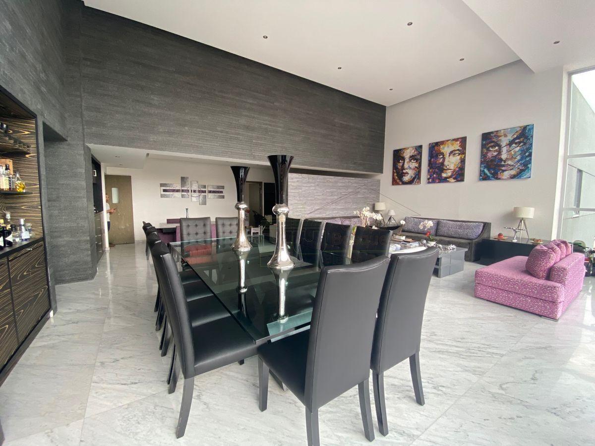 1 de 25: Comedor y sala, piso de marmol de carrara  y muro de granito
