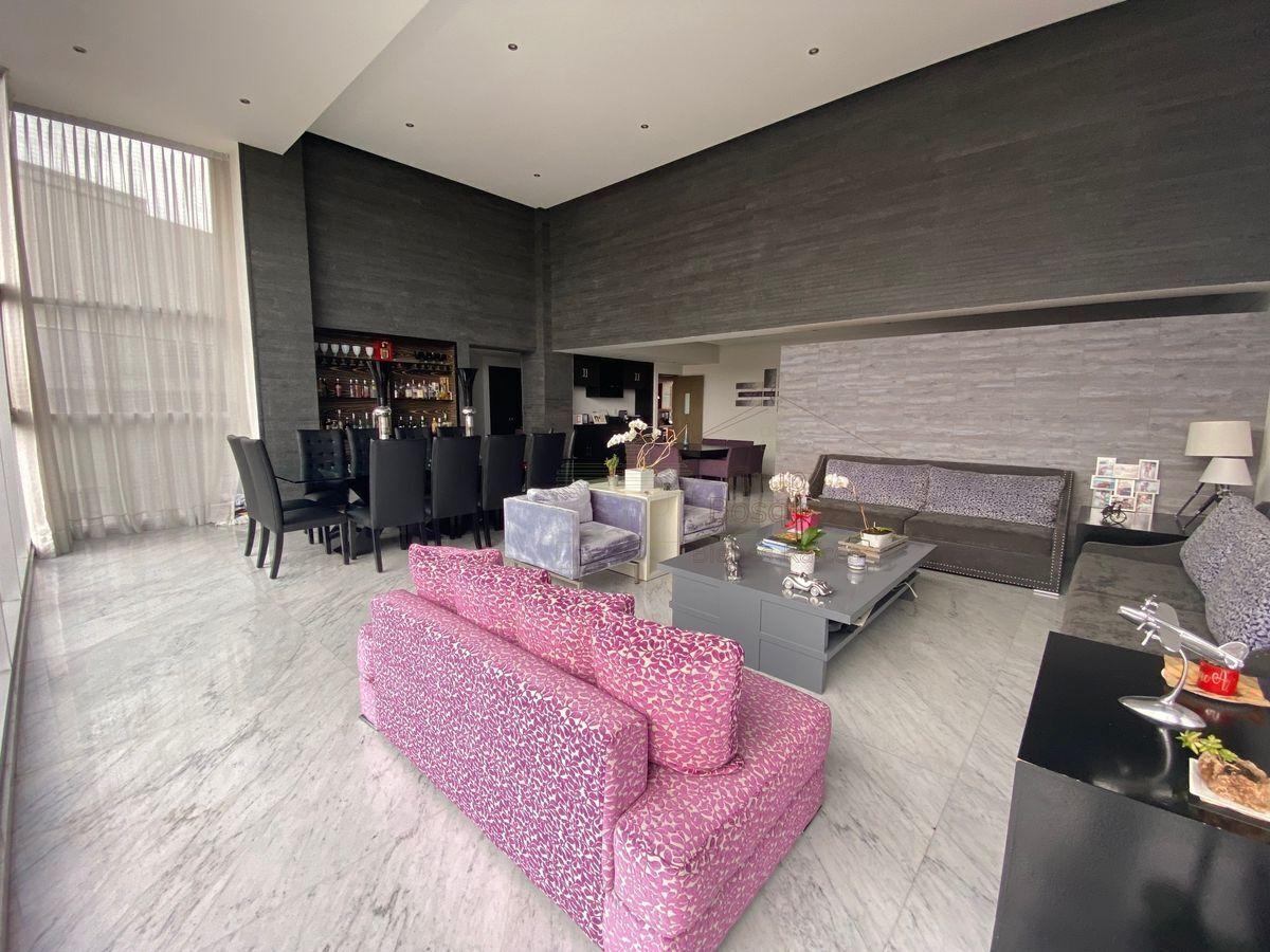 2 de 25: Comedor y sala, piso de marmol de carrara  y muro de granito
