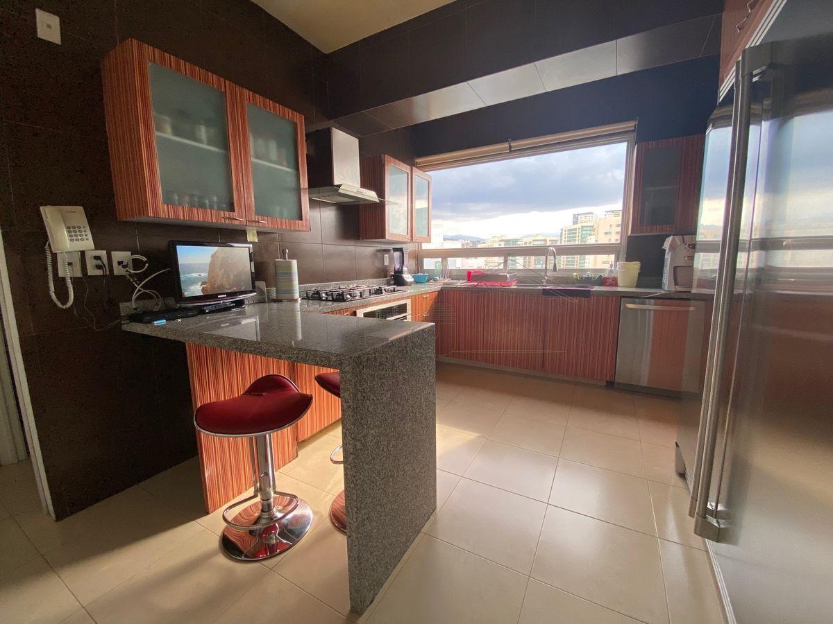 10 de 25: Cocina equipada con espacio para refrigeradores grandes.