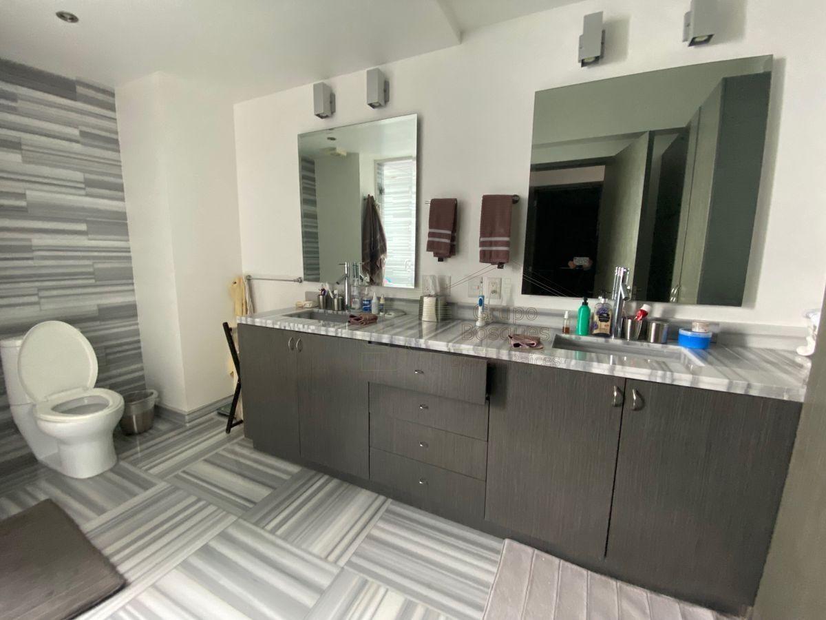23 de 25: Baño recámara principal con marmol.