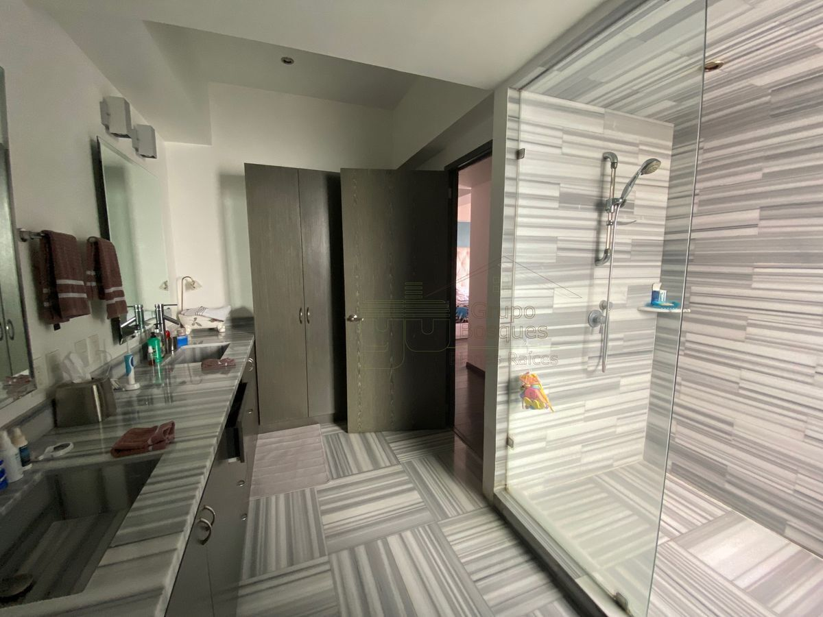 24 de 25: Baño recámara principal con marmol.