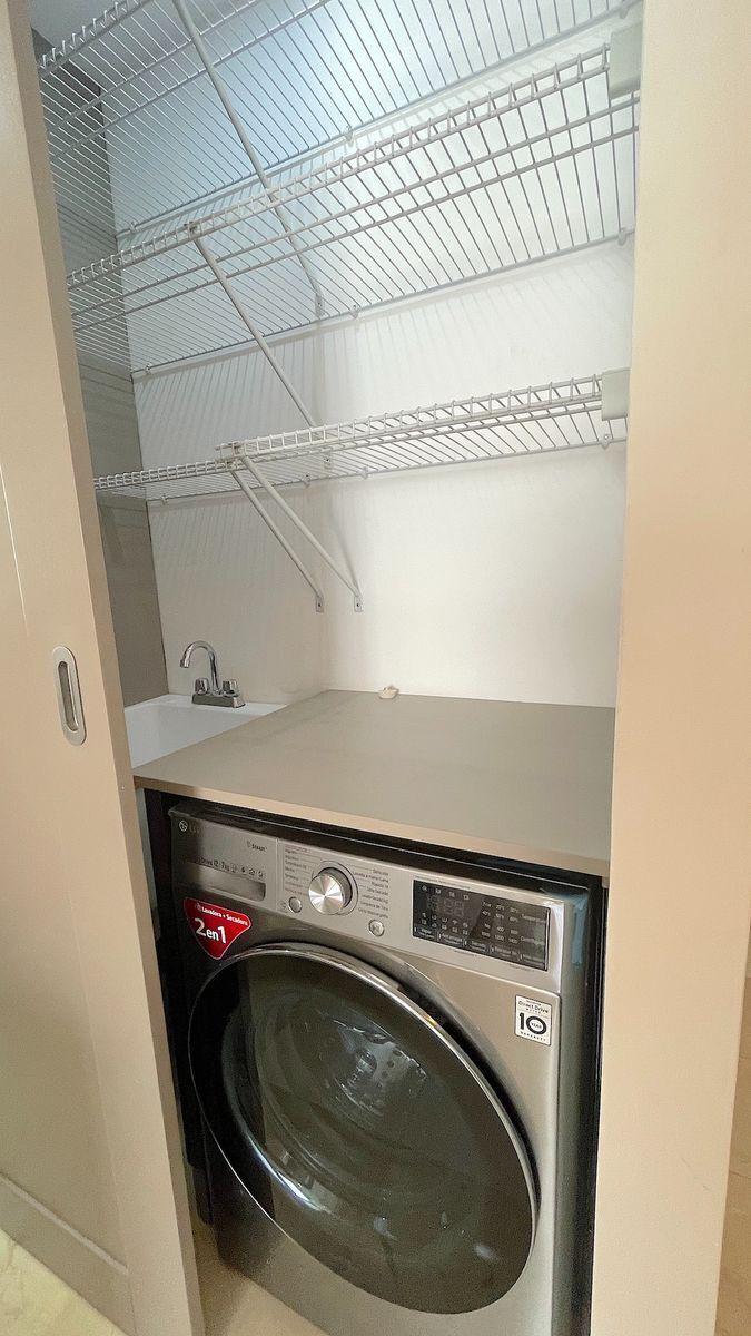 11 de 18: Area de la lavadora -secadora y lavadero cerrada