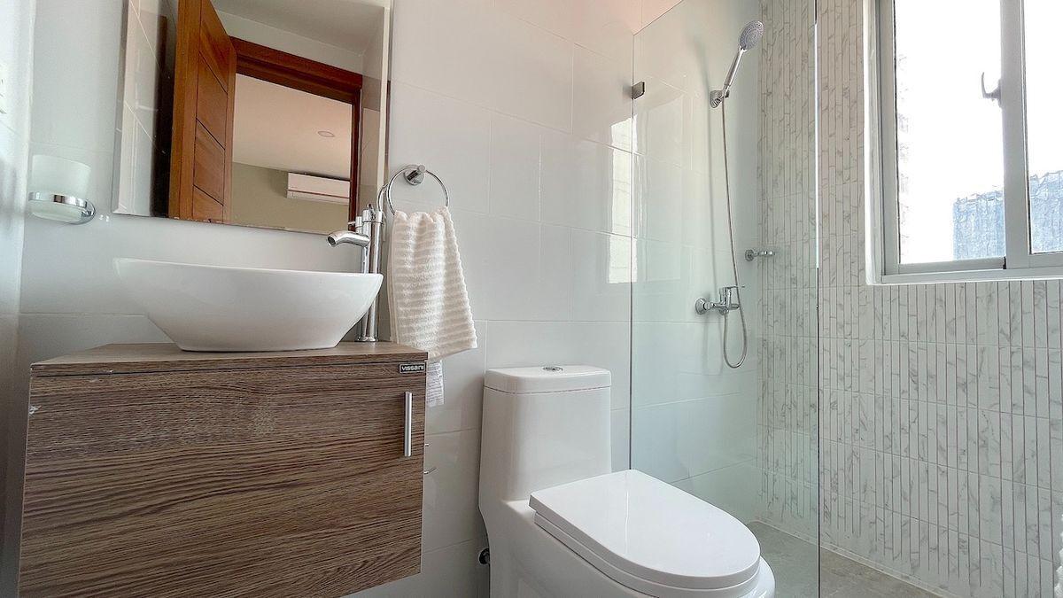 14 de 17: Baño habitación secundaria con ventanas al exterior