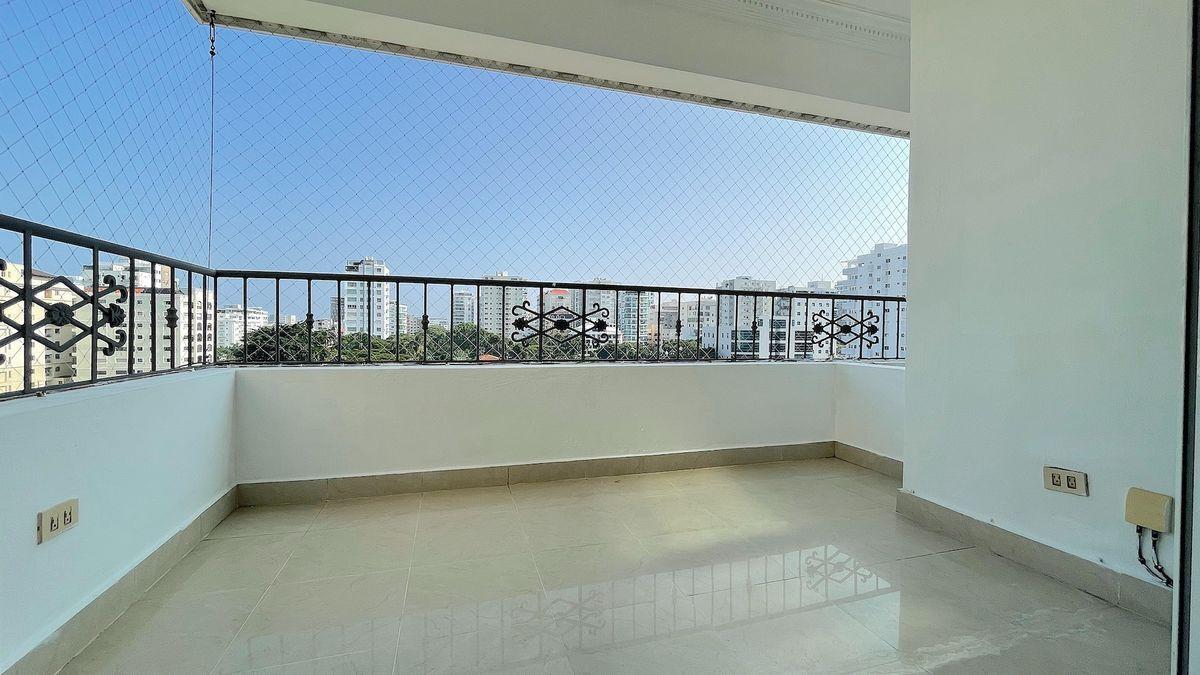 3 de 19: Balcón  frontal con buen tamaño y vista despejada