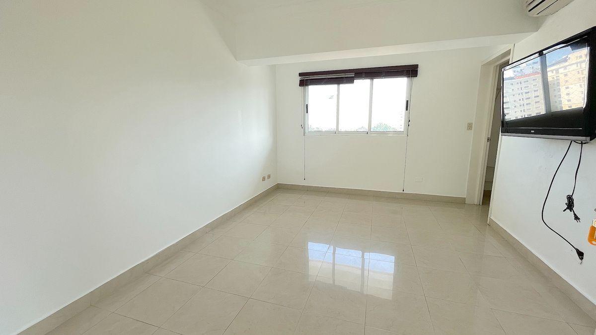 13 de 19: Habitación principal de buen tamaño, baño y WC