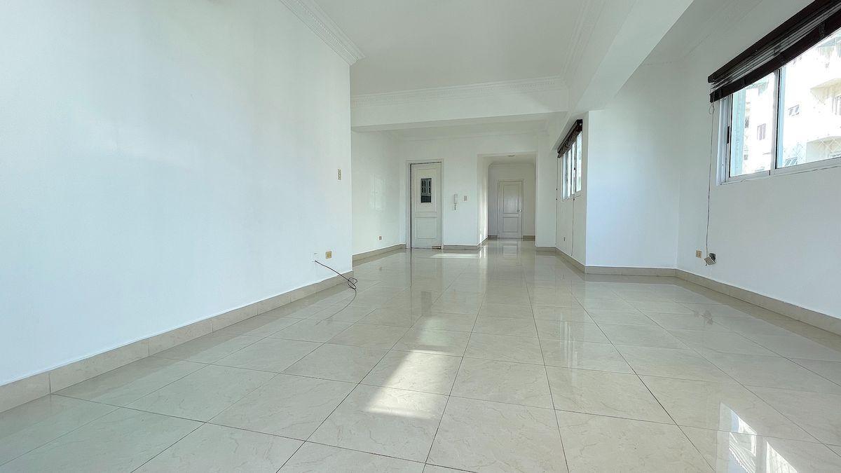 2 de 19: Sala-Comedor al fondo y puerta cocina y baño de visita