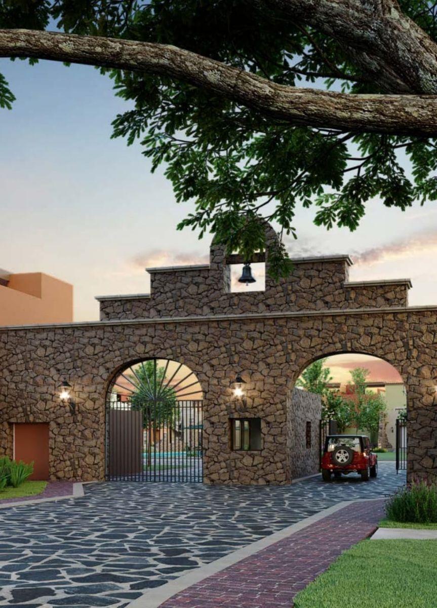 5 de 6: Entrada al Fraccionamiento con Arquitectura Rústica Colonial
