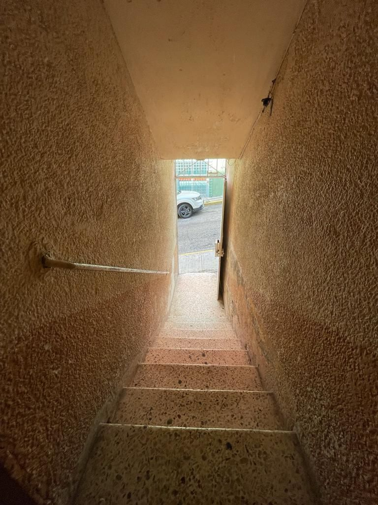 3 de 14: Escaleras a la entrada (planta baja).