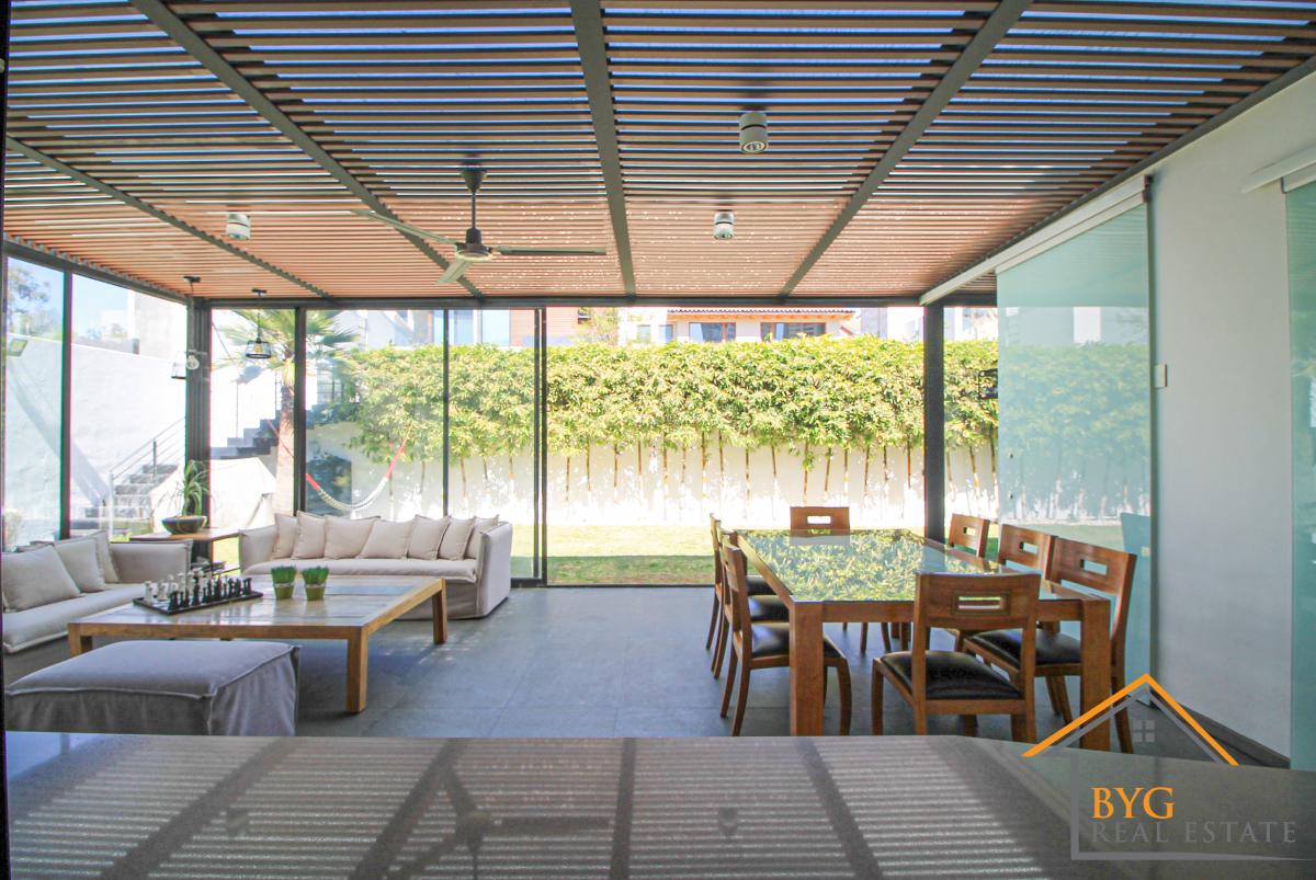 2 de 29: Terraza integrada desde la cocina con salida al jardín.