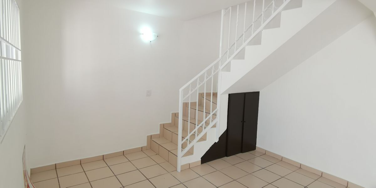 14 de 39: Bodega y acceso a escalera