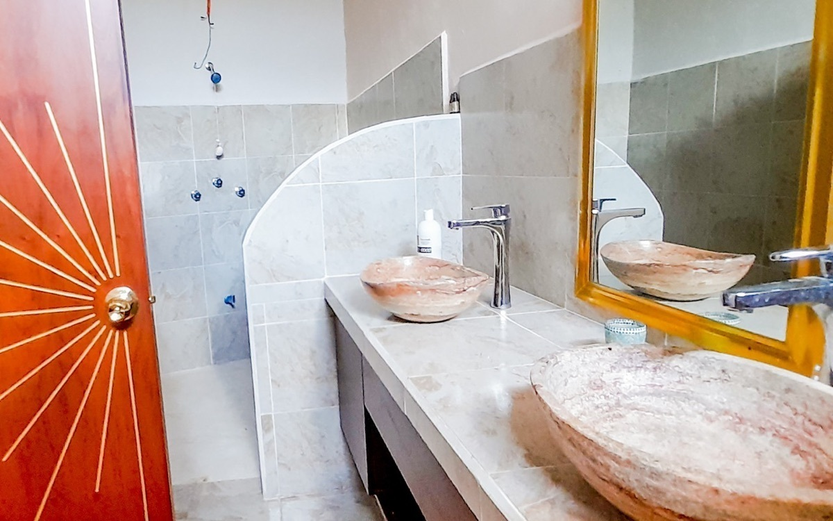 8 de 10: Uno de los baños un una recamara en planta baja.