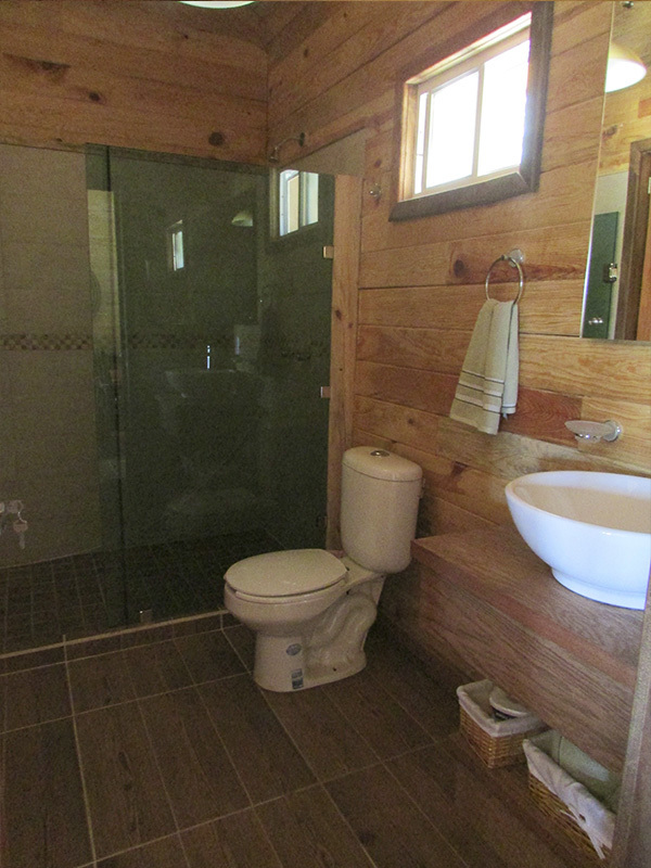 17 of 18: baño de cabaña modelo