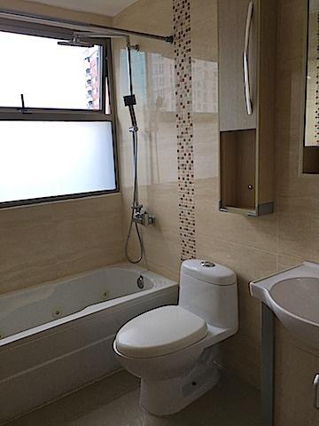 11 de 16: Baño principal bañera jacussy y equipos modernos y ventana