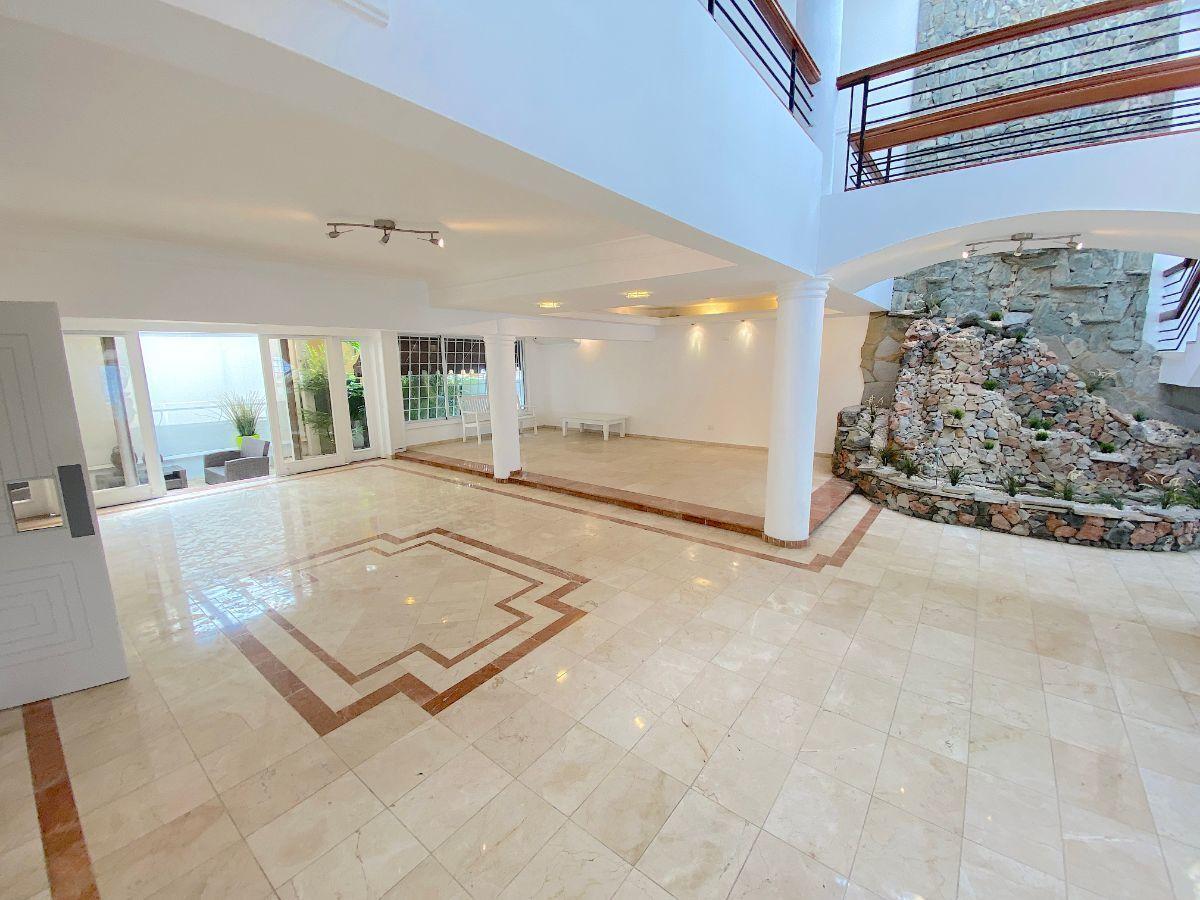 8 de 26: Area abierta en 1er. nivel con piso en mármol