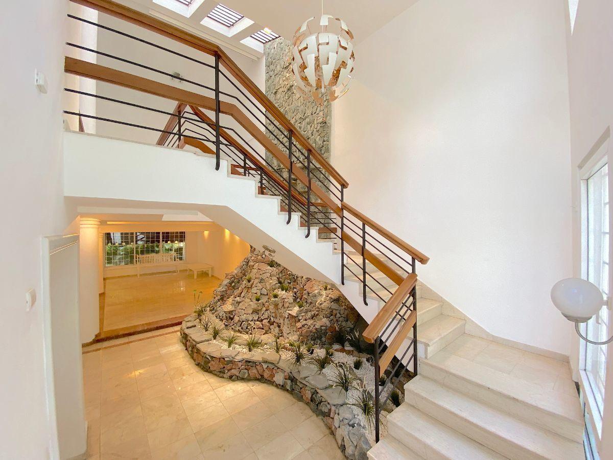 12 de 26: Escalera acceso al 2do. nivel