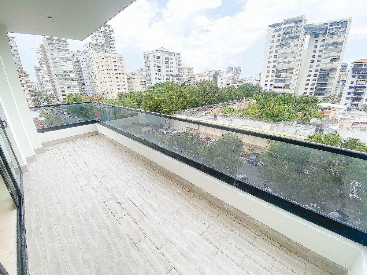 3 de 21: Amplio balcón con vista a la calle