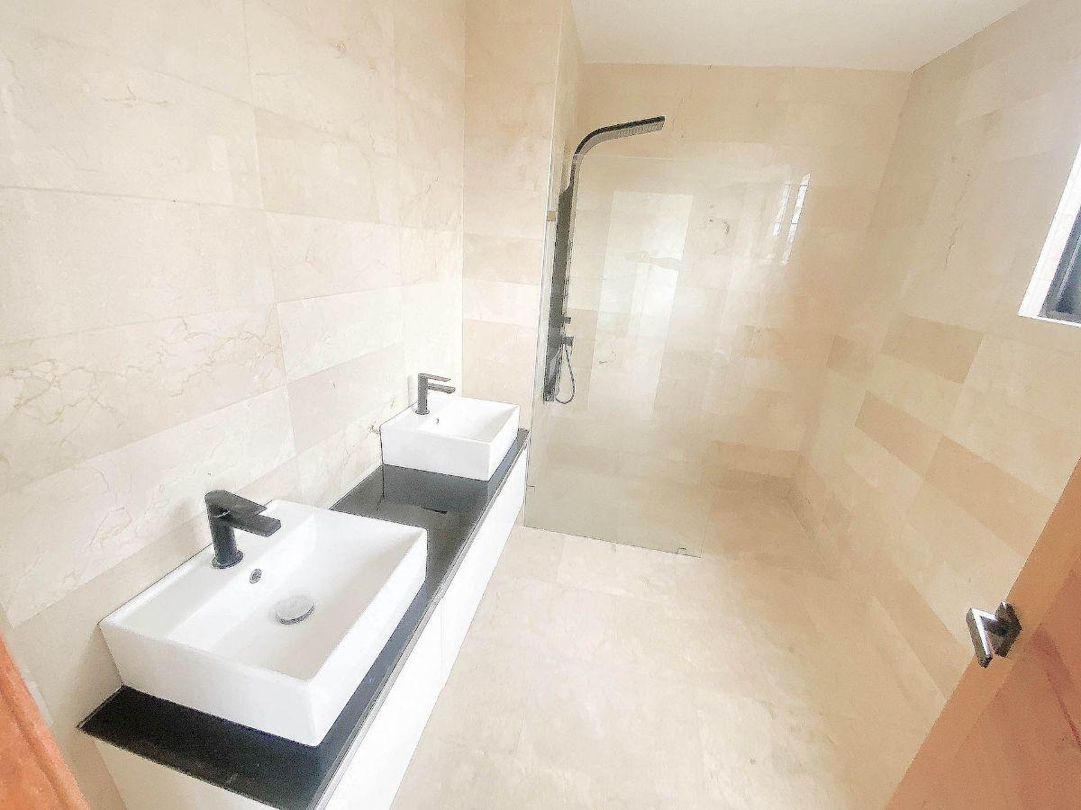 6 de 21: Baño principal revestido en mármol