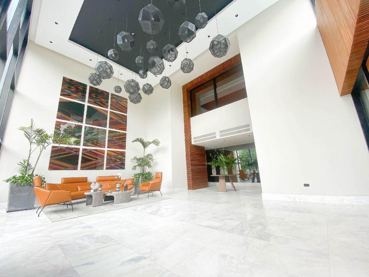 18 de 21: Lobby doble altura y amueblado