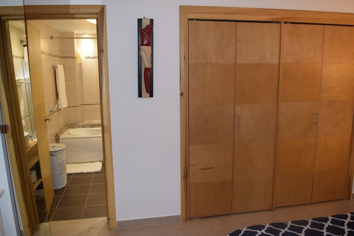 9 de 18: Vista baño y closet de la habitación Principal