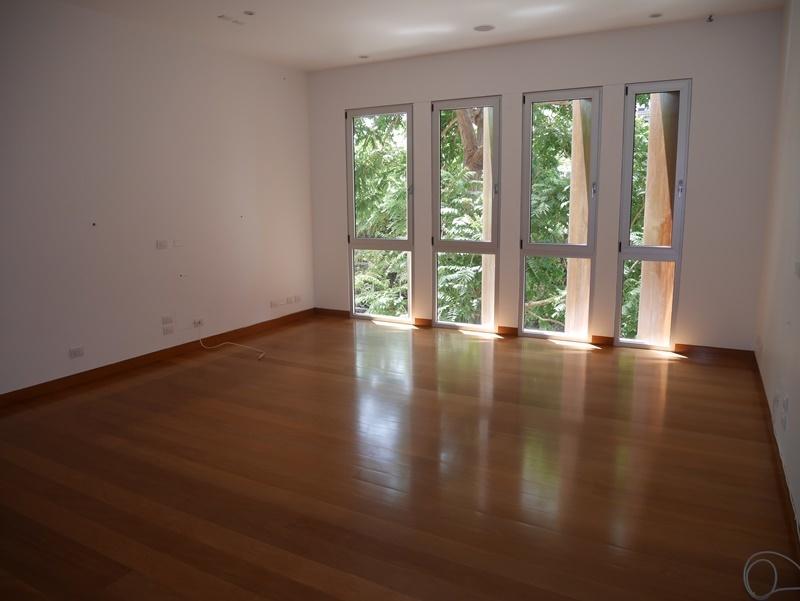 24 de 32: Gran Family room con vista a árbol frondoso