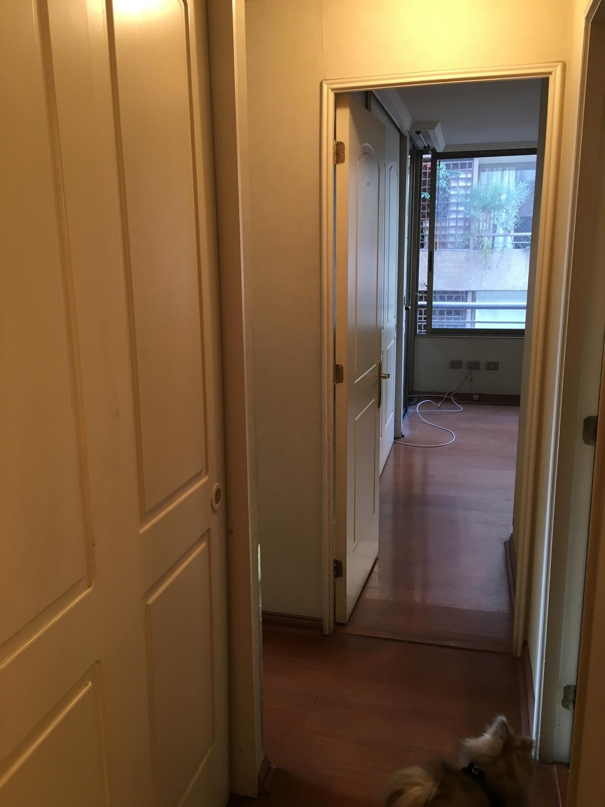 12 de 14: Pasillo con closet para ropa blanca.