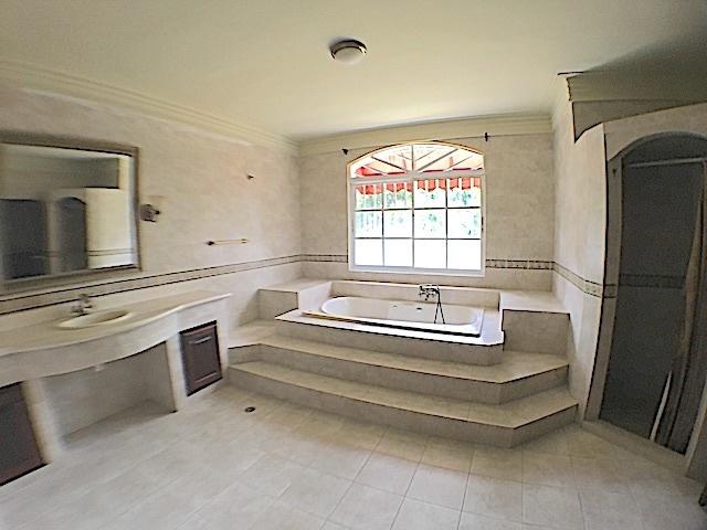 12 de 21: Amplio baño habitación principal con ducha y Jacussy