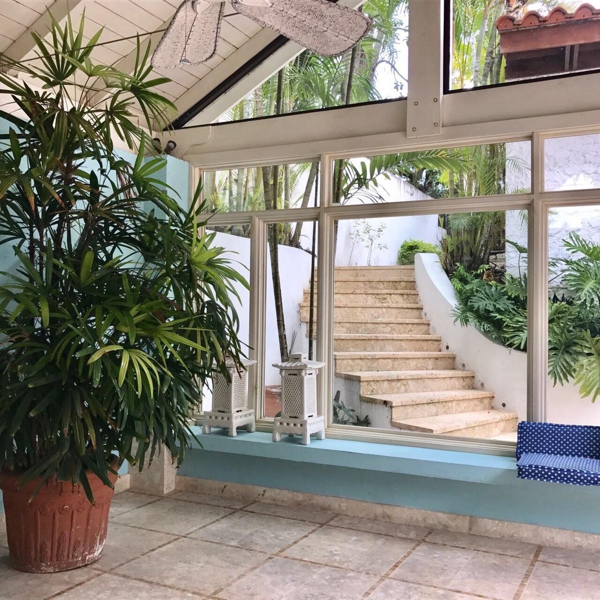 15 de 15: Escalera de acceso a piscina y gazebo desde la marquesina