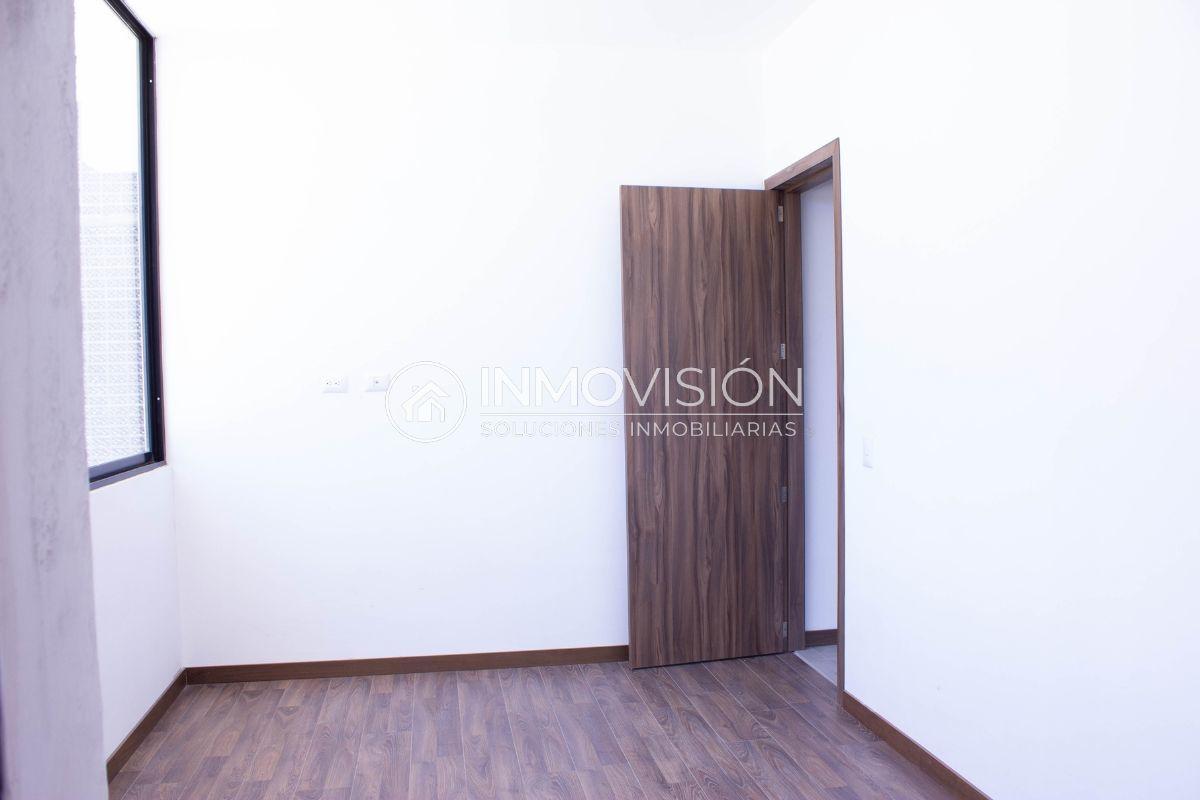 16 de 28: Recámara secundaria con pisos laminados y vestidor