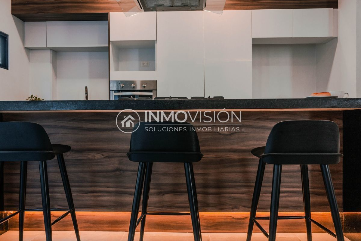 12 de 28: Cocina con barra y amplios espacios de almacenamiento