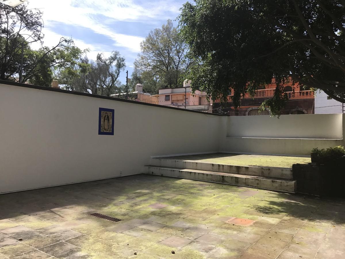 15 de 18: Gran patio frontal