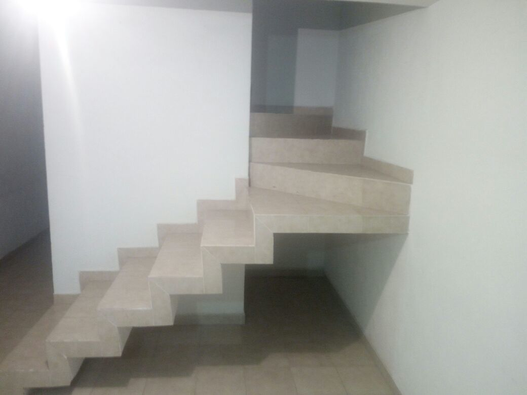 3 de 8: Acceso planta alta (Escaleras)